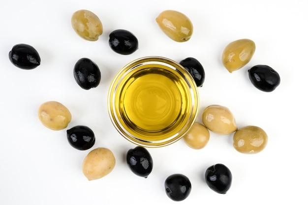 Vista dall'alto olive biologiche con olio d'oliva