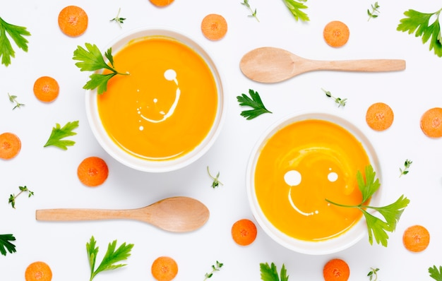 Вид сверху органический суп из тыквы на столе