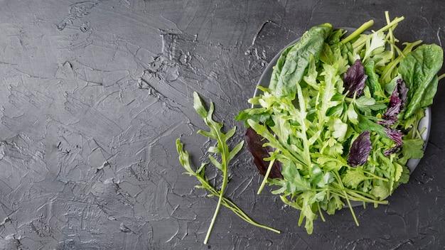 Вид сверху органический салат на тарелке