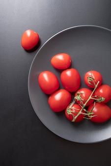 皿の上のトップビュー有機トマト