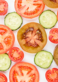 キュウリのスライスと上面の有機トマト