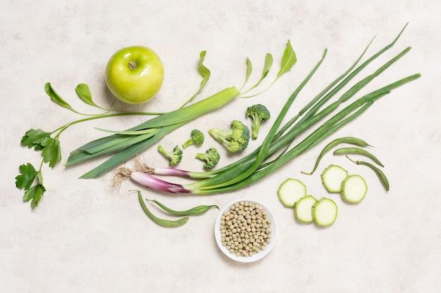 Вид сверху органические овощи и фрукты