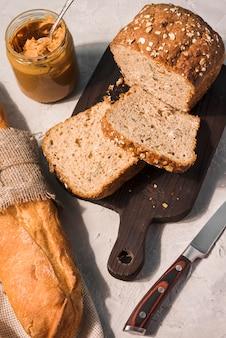 Вид сверху печеного хлеба на столе