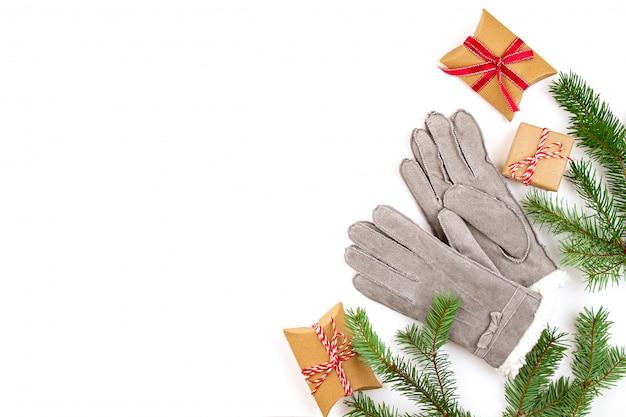 ギフト、クリスマスツリー、暖かい冬の手袋とクリスマス組成の平面図。