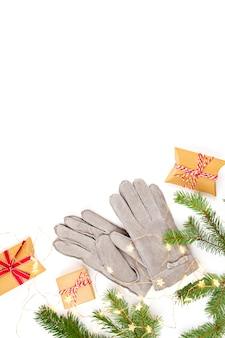 ギフト、クリスマスツリー、暖かい冬の手袋とクリスマス組成のトップビュー