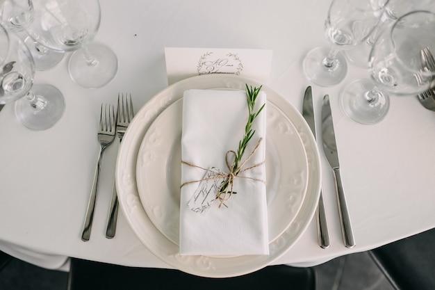 レストランでの結婚式で装飾されたテーブルの上のビュー