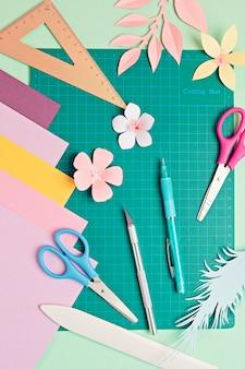紙の切削工具、はさみ、カッター、カッティングマット、細工された紙のオブジェクトの上面図