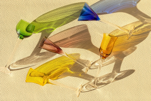 革の織り目加工の壁の上の夏の流行のリコワールグラスの上面図。夏休み、パーティー、ファッション、楽しいコンセプト