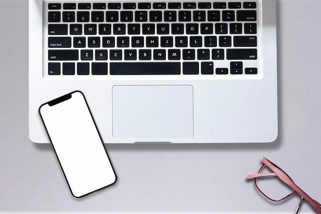 オフィススタイルのタブレットスマートフォンコンピュータノートブックの上面図