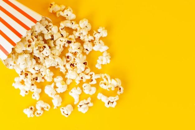 Un pacchetto vista dall'alto con popcorn sparsi tutto