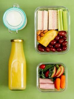 Вид сверху упакованной еды и бутылки сока
