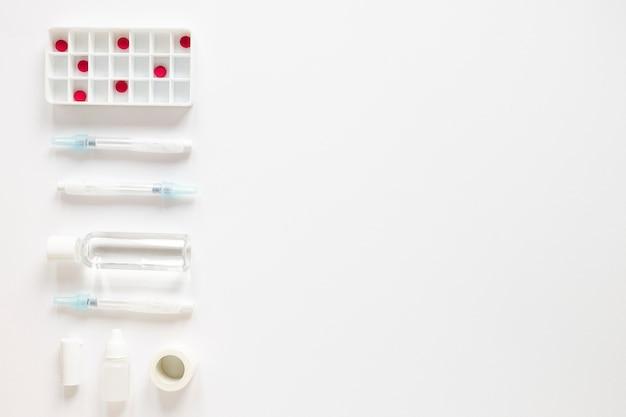 Antidolorifici vista dall'alto con antibiotici sul tavolo