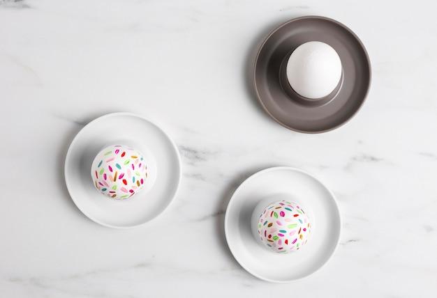 Vista dall'alto di uova di pasqua dipinte sui piatti
