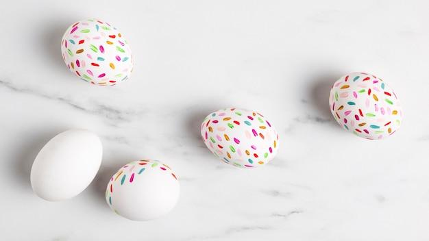 Vista dall'alto di uova di pasqua dipinte
