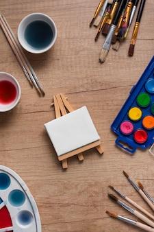 Strumenti di pittura vista dall'alto sul tavolo
