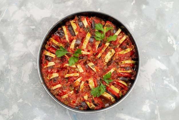 Вид сверху сковорода с овощами, приготовленными и вкусными на ярком столе, овощная еда, еда, ужин