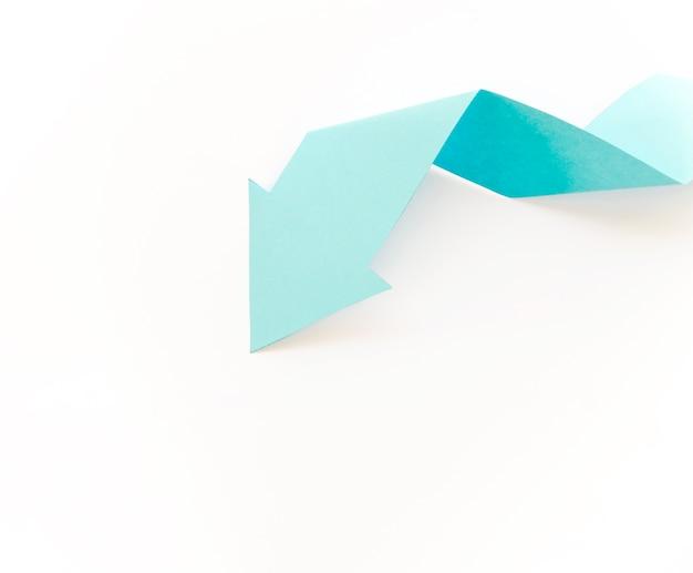Vista dall'alto della freccia di carta con spazio di copia
