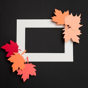 Вид сверху бумаги осенние листья композиция на белой рамке