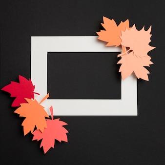 Composizione nelle foglie di autunno della carta di vista superiore sulla struttura bianca