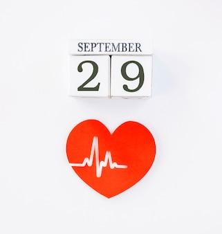 Vista dall'alto del cuore di carta con battito cardiaco e data