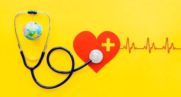 Vista dall'alto del cuore di carta con battito cardiaco e stetoscopio