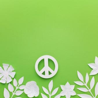 Vista dall'alto del segno di pace di carta con foglie