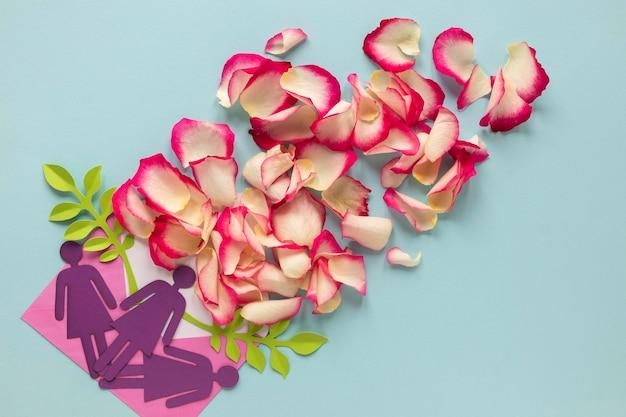 Vista dall'alto di donne di carta con petali per la festa della donna