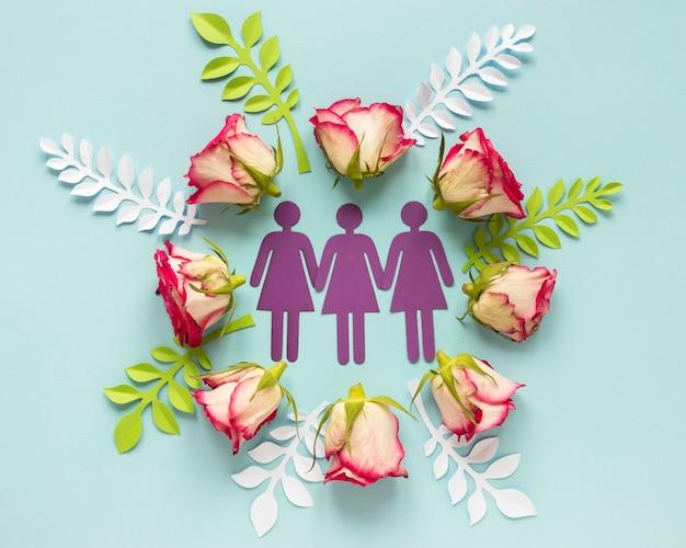 Vista dall'alto di donne di carta con rose per la festa della donna