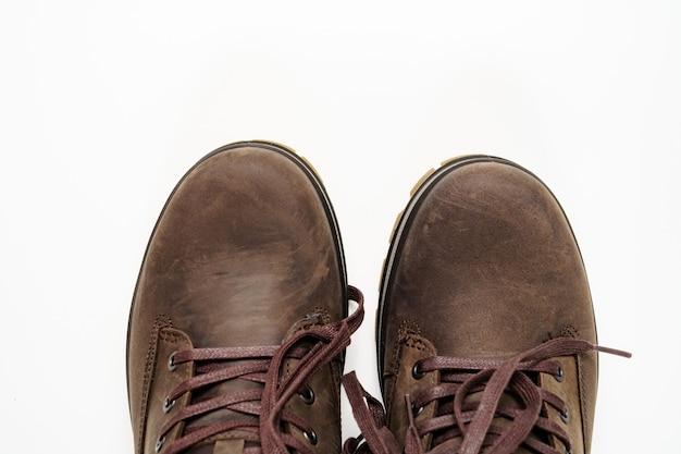 평면도. 흰색 바탕에 겨울 갈색 가죽 남자의 신발의 일부. 여행과 관광을 위한 아름답고 현대적인 신발을 쇼핑하세요.