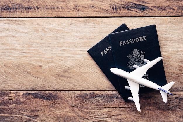 木製のテーブルのトップビューパスポート。旅行のコンセプト