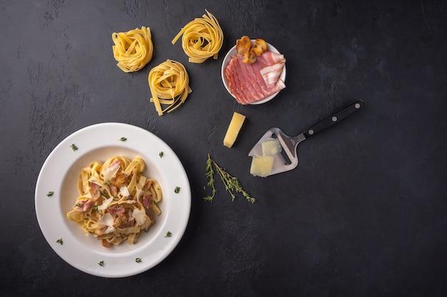 Вид сверху паста фетучини с грибами, беконом и сыром пармезан