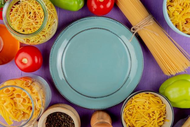 Vista dall'alto di pasta con ingredienti