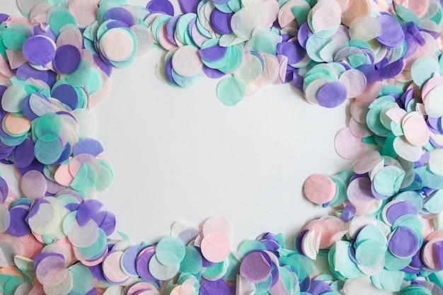 Vista dall'alto di coriandoli di colore pastello con spazio nel mezzo