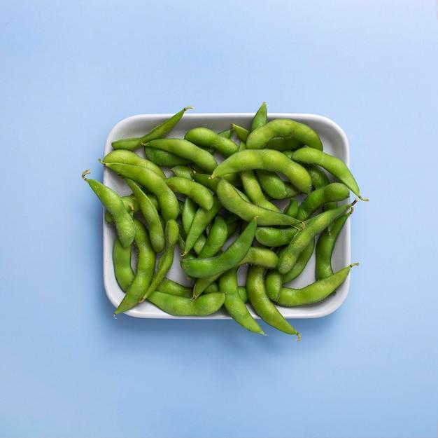プレート上の上面エンドウ豆の鞘