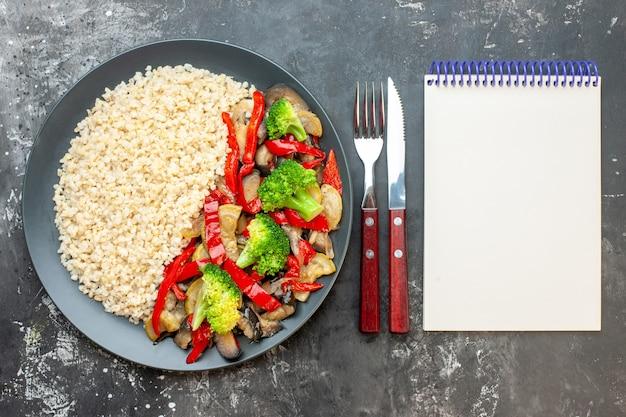 Orzo perlato vista dall'alto con gustose verdure cotte sul tavolo grigio