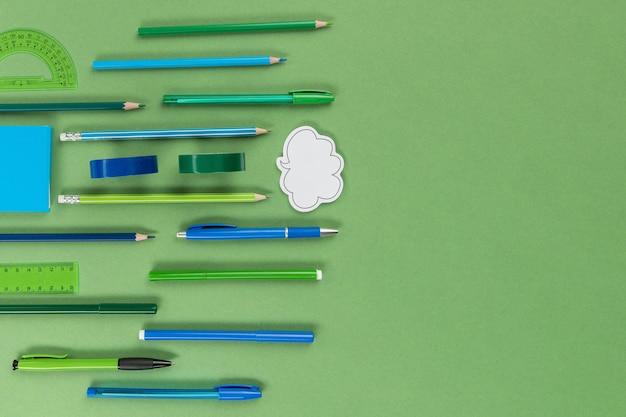 Вид сверху ручки и карандаши с копией пространства