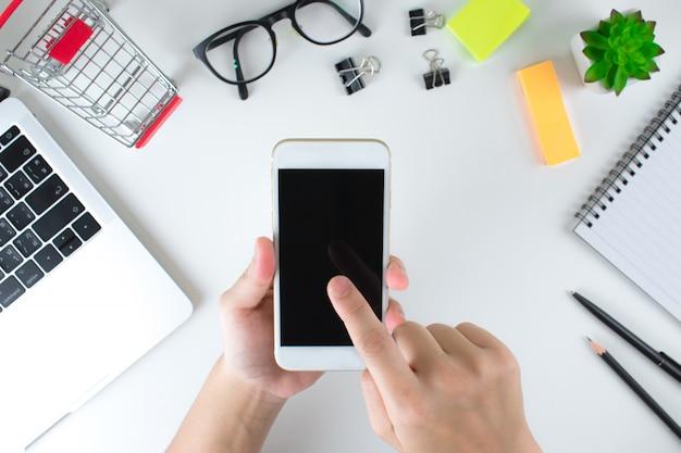 トップビュー人々はスマートフォンでオンラインショッピング商品を注文しています。