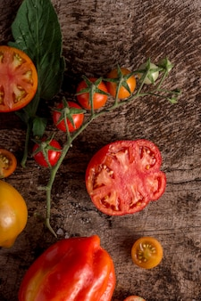 トップビューの唐辛子とトマトのスライス