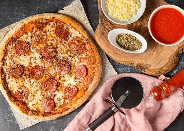 Pizza ai peperoni vista dall'alto con ingredienti