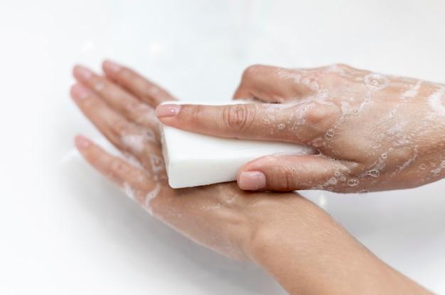 固体石鹸で手を洗うトップビュー人