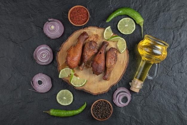 Vista dall'alto della foto di cosce di pollo alla griglia con verdure.