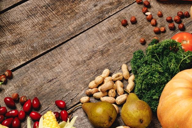 木製のテーブルの上の野菜、ハナミズキ、ナッツの上面写真