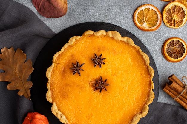 Вид сверху пирог и сушеные ломтики лимона
