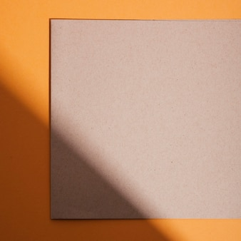 Вид сверху кусок картона на столе