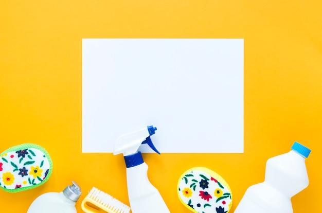 クリーニング製品と紙のトップビュー