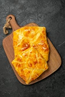 テーブル中央のまな板に2つのパイを載せた上面図パイ