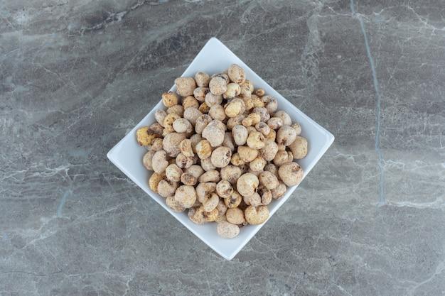 Vista dall'alto del mucchio di caramelle fatte in casa sul piatto bianco.
