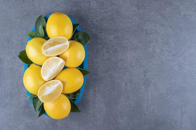 Вид сверху. куча свежих органических лимонов и листьев.