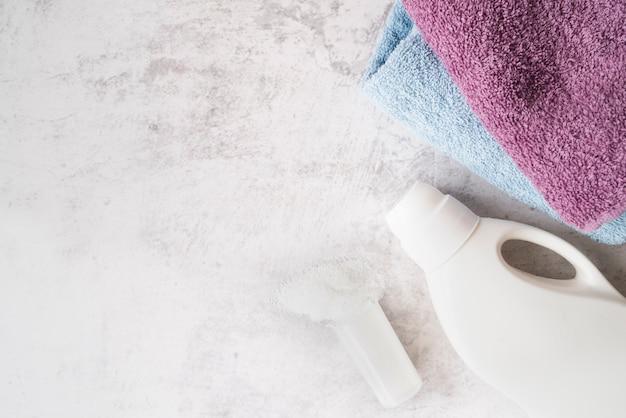 세탁 연화제와 수건의 상위 뷰 더미