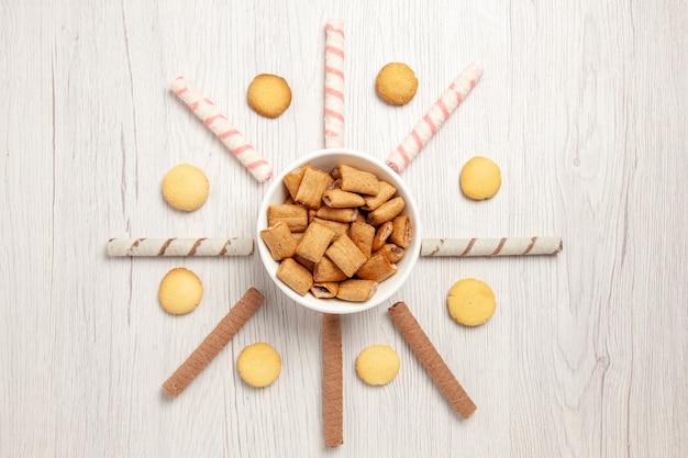 Biscotti di cuscino vista dall'alto biscotti dolci sulla scrivania bianca
